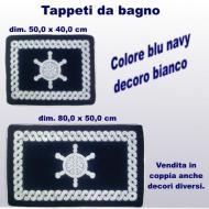 Coppia tappeti da bagno, due misure, con decoro bianco timone su fondo blu navy